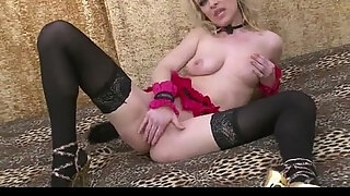 cute blonde kitten plays with her pussy v1pcamz com
