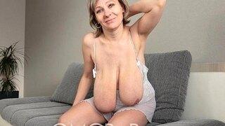 huge granny swings her tits